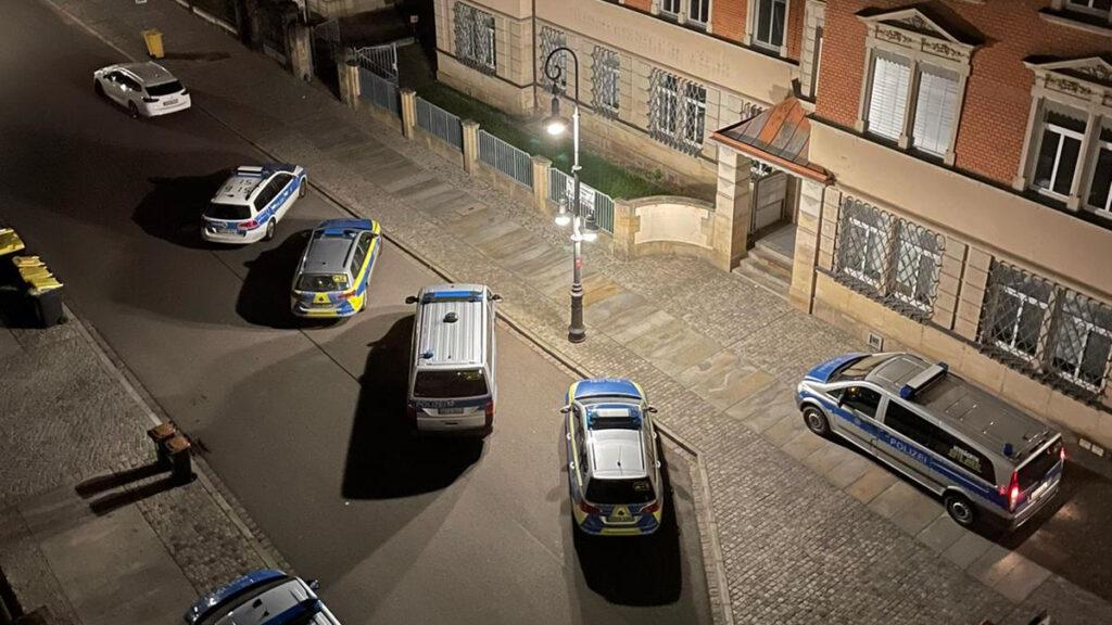 Foto: Polizeifahrzeuge vor dem Wohnhaus von Familie I.
